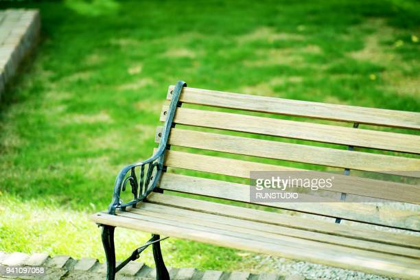 empty bench in park - ベンチ ストックフォトと画像