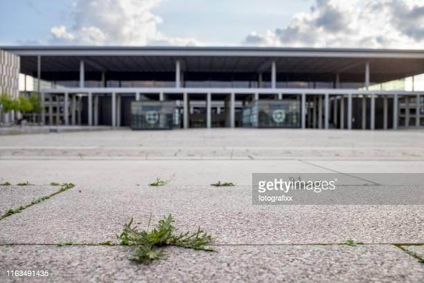leerstand flughafen berlin brandenburg, willy brandt, noch im bau - land brandenburg stock-fotos und bilder