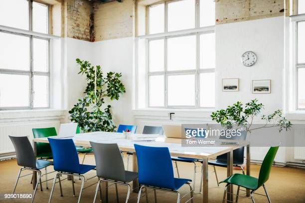 empty boardroom in contemporary office - salle de réunion photos et images de collection