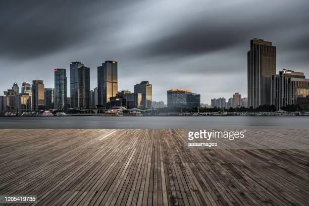 empty boardwalk with skyline background - ウッドデッキ ストックフォトと画像