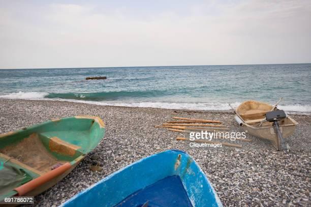 empty boats on seacoast - cliqueimages ストックフォトと画像