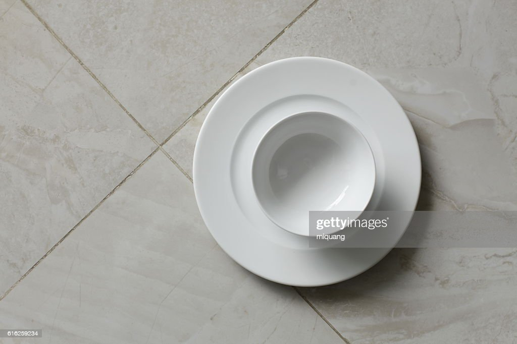 empty bowls, plates and cups on gray background : Foto de stock