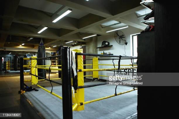 empty boxing ring - ボクシングリング ストックフォトと画像