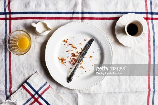empty breakfast plate, overhead view - finale photos et images de collection