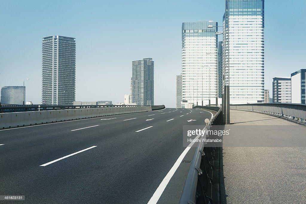 Empty bridge following the skyscrapers : ストックフォト
