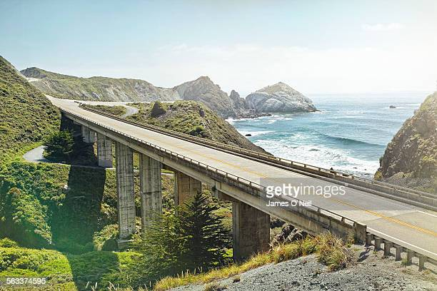 empty bridge overlooking the sea - california photos et images de collection
