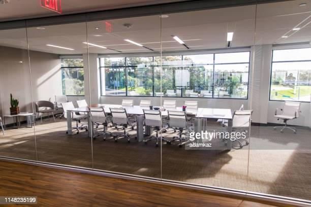 salle de conférence vide d'affaires - bureau pièce photos et images de collection