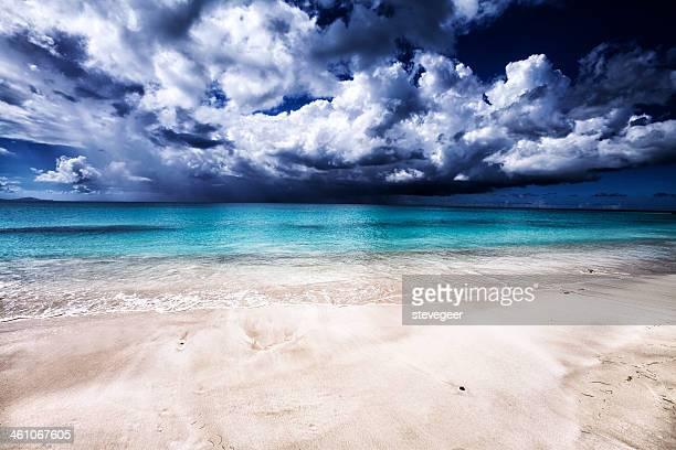 Vacío Caribe playa de arenas blancas con tormenta en el mar