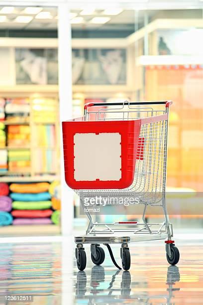 vazio carrinho de compras na loja - mercado espaço de venda no varejo - fotografias e filmes do acervo