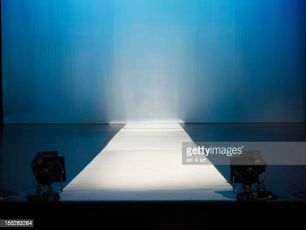 empty catewalk stage lights - modeshow stockfoto's en -beelden