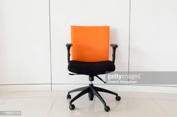 empty chair against white wall - chaise de bureau photos et images de collection