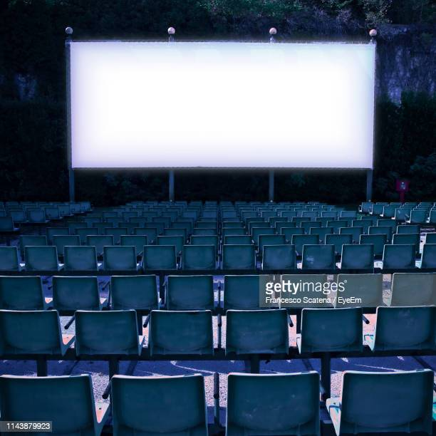 empty chairs against projection screen - blue film video stock pictures, royalty-free photos & images