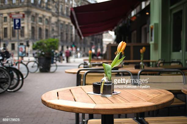empty chairs and table at sidewalk cafe - pavement cafe stock pictures, royalty-free photos & images