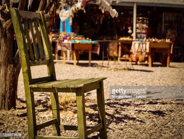 empty chairs and table in cafe - mariana abad fotografías e imágenes de stock