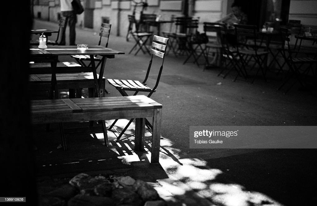 Empty chairs and table : Stock-Foto