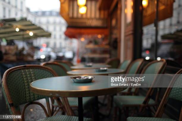 empty chairs and tables in cafe - pavement cafe stock pictures, royalty-free photos & images