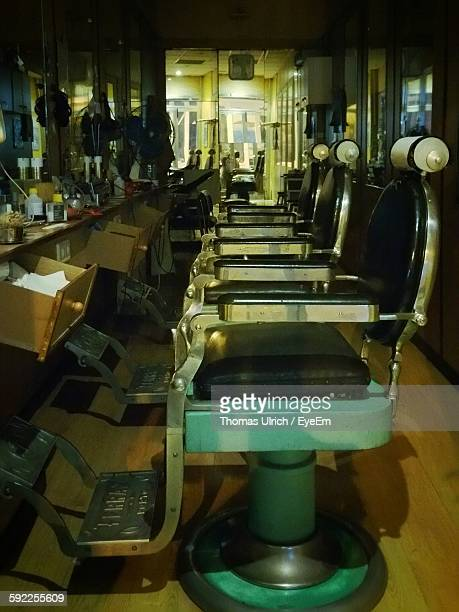 empty chairs at barber shop - 美容室 椅子 ストックフォトと画像