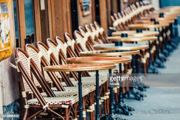 Leere Stühle in einem Restaurant auf den Straßen von Paris