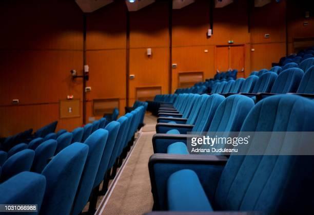 empty chairs in auditorium - zuschauerraum stock-fotos und bilder