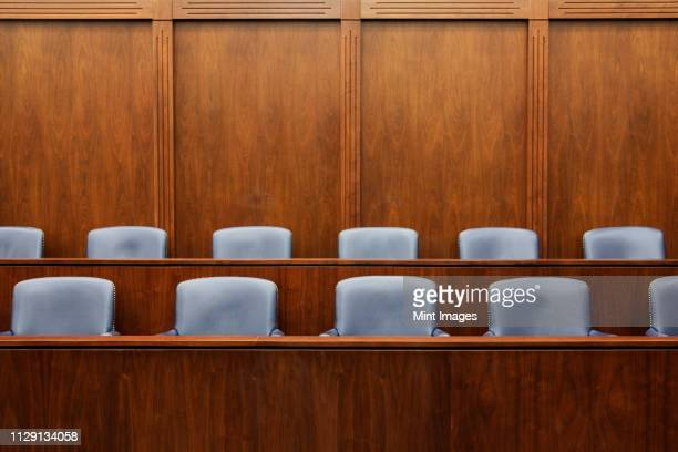 empty chairs in jury box - justice photos et images de collection