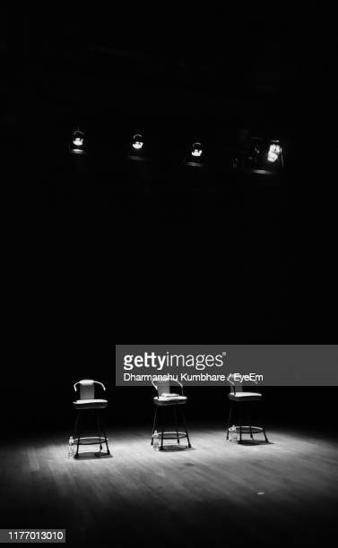 empty chairs on stage - color out of space 2019 film stockfoto's en -beelden