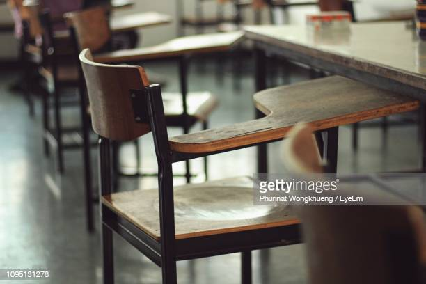 empty chairs with and table in classroom - empty desk stock pictures, royalty-free photos & images