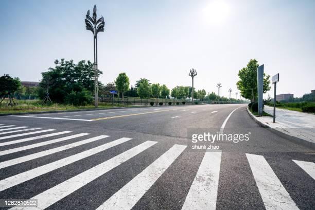 empty city asphalt road - carrefour photos et images de collection