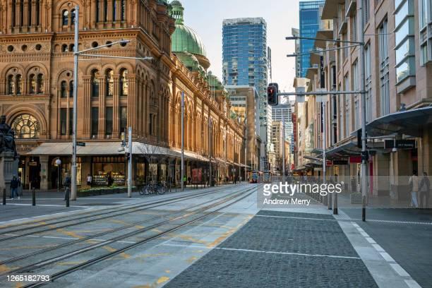 empty city street and shops, coronavirus pandemic, sydney, australia - sydney - fotografias e filmes do acervo