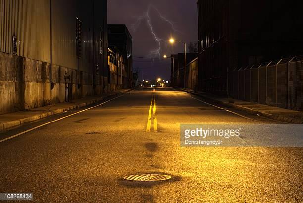 Rue vide de ville de nuit, éclairage Strike