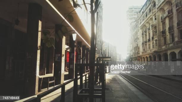empty city street - casablanca photos et images de collection