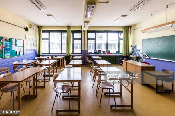 empty classroom at elementary school! - empty desk stock pictures, royalty-free photos & images