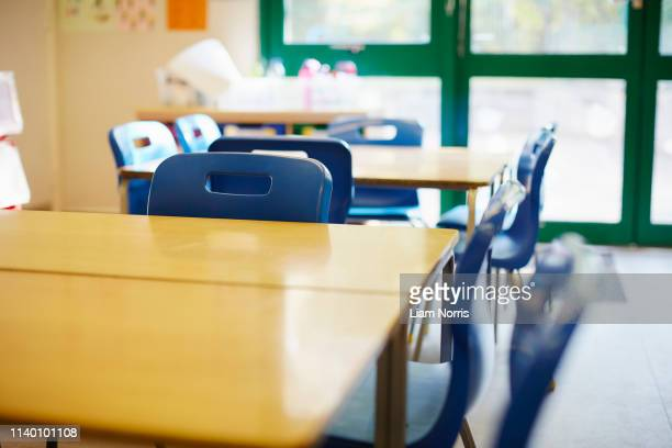 empty classroom in elementary school - elementary school stock pictures, royalty-free photos & images