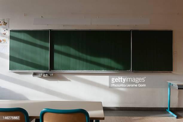 empty classroom - klassenzimmer stock-fotos und bilder
