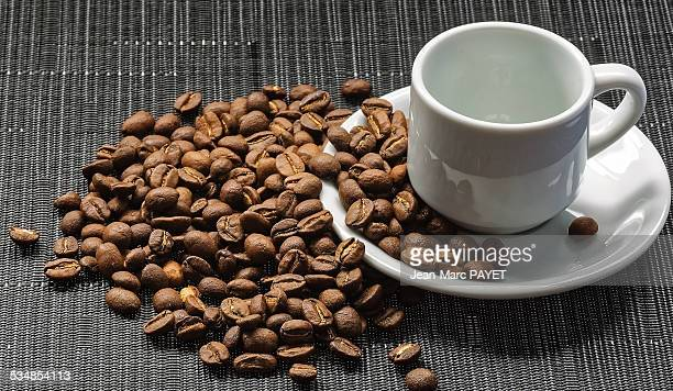 empty coffee cup and coffee bean - jean marc payet stockfoto's en -beelden