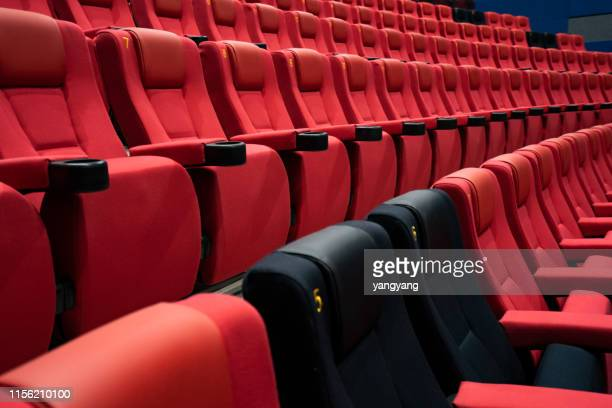 empty comfortable red seats with numbers in cinema - color out of space 2019 film stockfoto's en -beelden