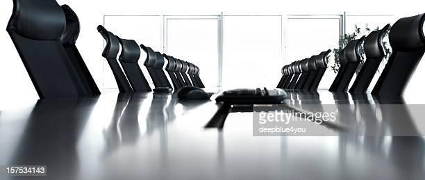 Leeren Konferenzraum mit schwarzen Stühlen in einer Reihe