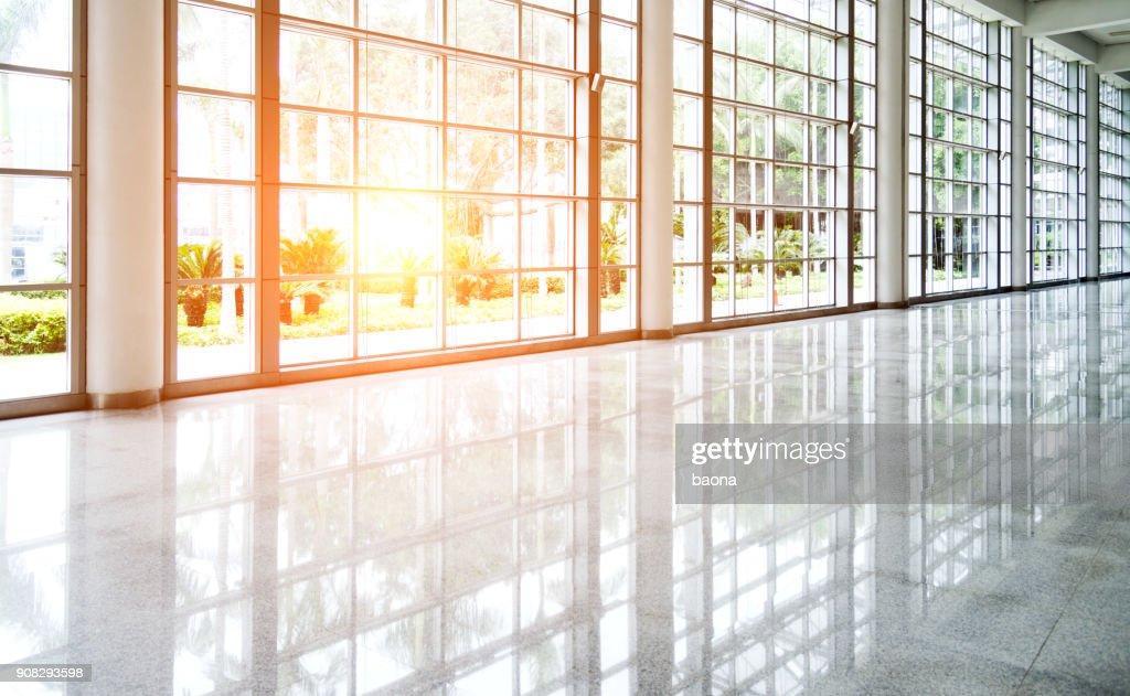 Leeren Flur in modernes Bürogebäude : Stock-Foto