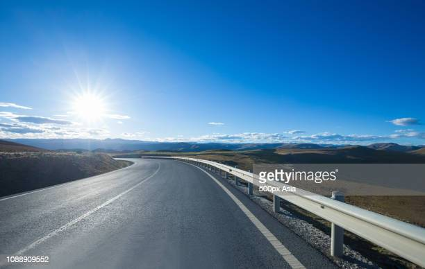 empty country road in china - image stockfoto's en -beelden