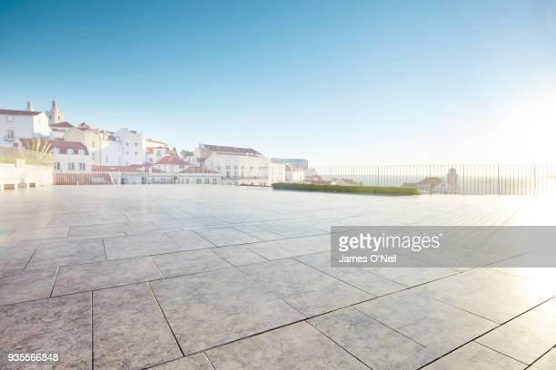 empty courtyard with background building, lisbon, portugal - lisboa fotografías e imágenes de stock