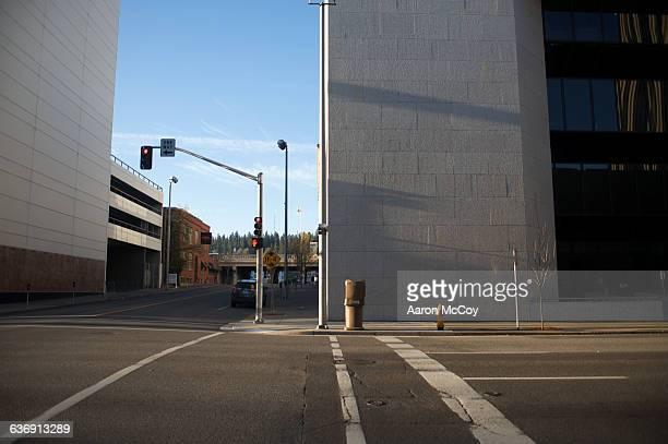empty crosswalk - calle principal calle fotografías e imágenes de stock