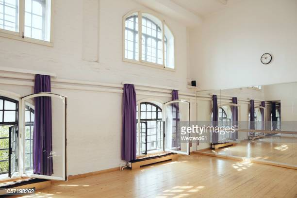 empty dance studio - dance studio stock pictures, royalty-free photos & images