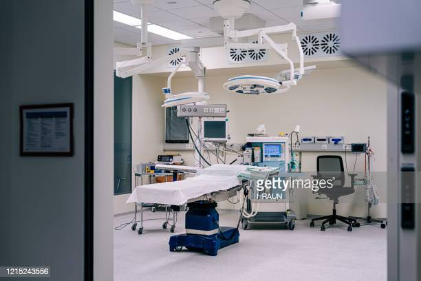 empty emergency room in hospital with medical equipment - operating theatre stock pictures, royalty-free photos & images