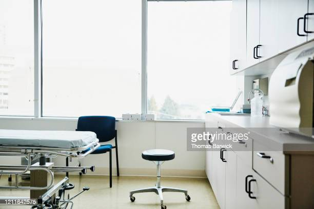 empty exam room in hospital - doctor's office stock pictures, royalty-free photos & images