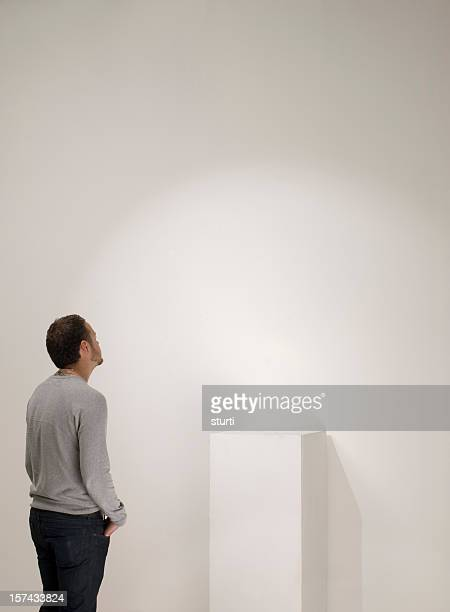 empty gallery plinth - sculptuur stockfoto's en -beelden