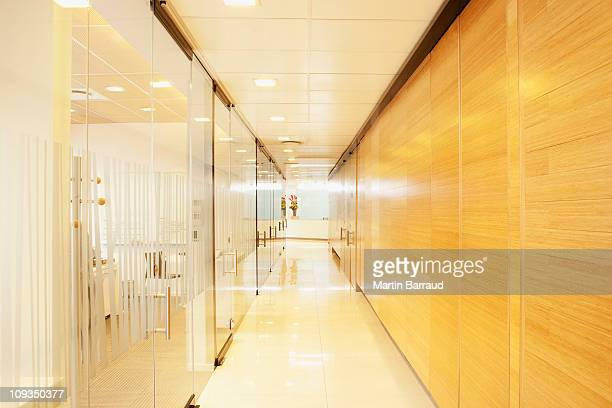 Leere Glas und Holz modernen Büro-Korridor