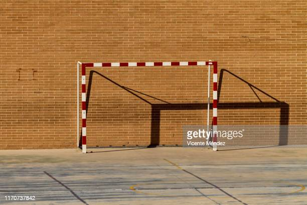 empty goal - marquer un but photos et images de collection