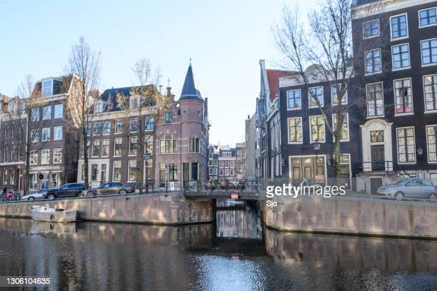 """empty herengracht in amsterdam during lockdown caused by the corona covid-19 during an early springtime morning - """"sjoerd van der wal"""" or """"sjo"""" stock pictures, royalty-free photos & images"""