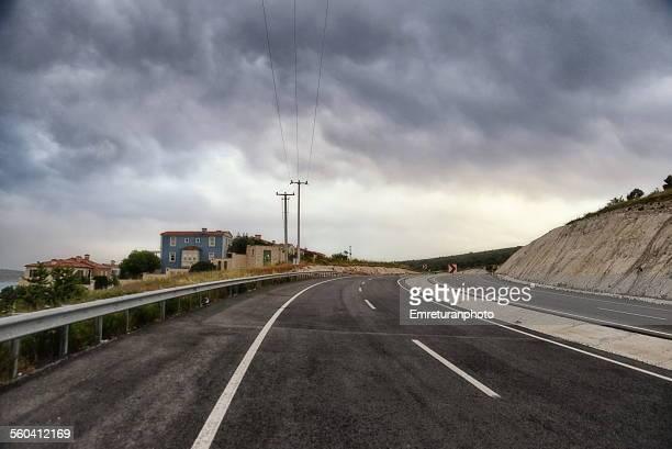 empty highway under grey clouds - emreturanphoto bildbanksfoton och bilder