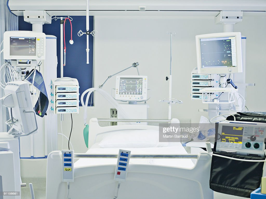 Empty hospital bed in intensive care : Stock Photo