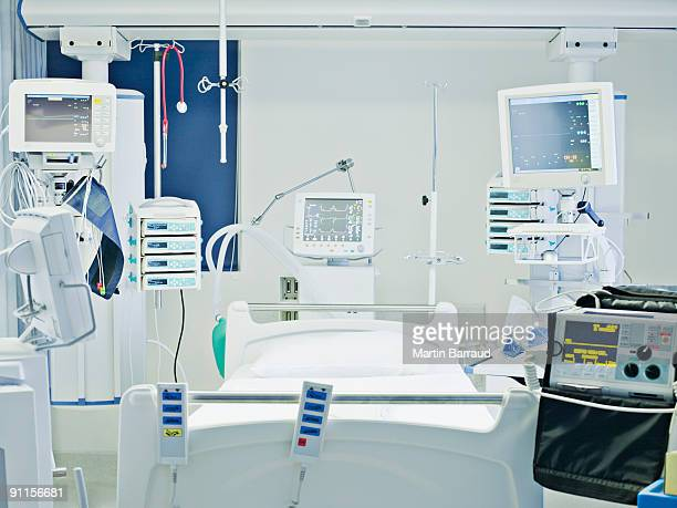empty hospital bed in intensive care - intensive care unit stock pictures, royalty-free photos & images
